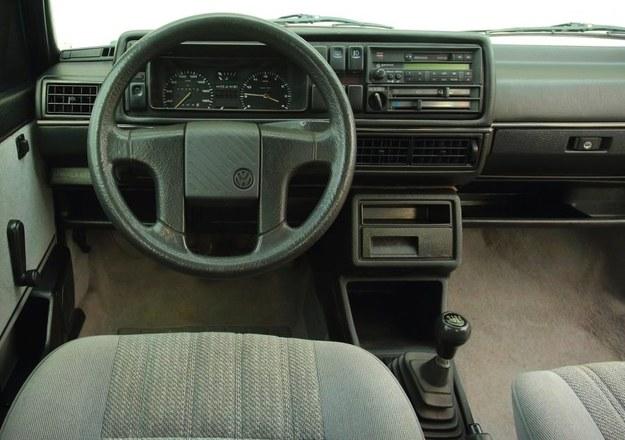 Zegar zamiast obrotomierza to była norma w VW w tamtych latach. Polecamy egzemplarze ze wspomaganiem kierownicy, bez niego manewry to mordęga. /Motor