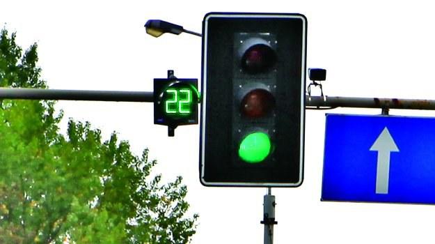 Zegary przy sygnalizatorze odliczają czas do zmiany świateł z zielonego na czerwone lub odwrotnie. /Motor