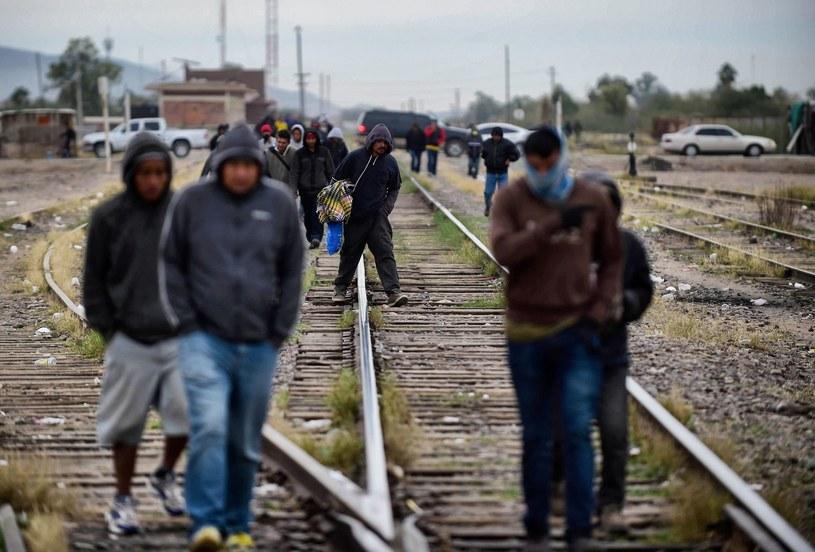 Żelazne tory to dla wielu droga, która ma pomóc odnaleźć lepszy los daleko od domu /AFP