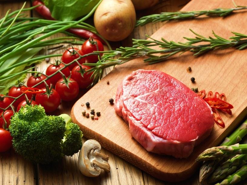 Żelazo znaleźć można w chudej wołowinie, morelach, płatkach owsianych /123RF/PICSEL