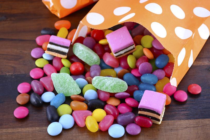 Żelki, draże i inne słodycze pełne są niezdrowego białego cukru /123RF/PICSEL