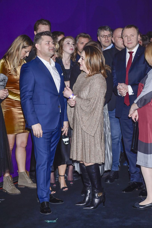 "Zenek Martyniuk z żoną i Jacek Kurski na premierze filmu ""Zenek"" /AKPA"