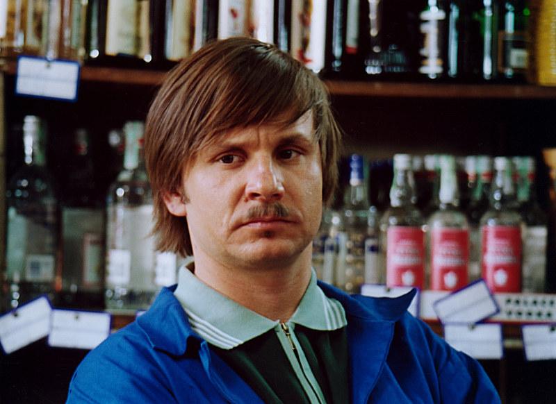 Zenek Pereszczako (Bartłomiej Topa) prowadził sklep po rezygnacji Karabasza. Potem został posłem! /Mikulski /AKPA