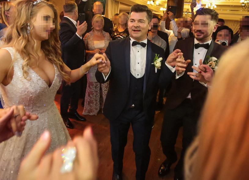 Zenon Martyniuk z synem i synową podczas wesela /Piotr Grzybowski /East News