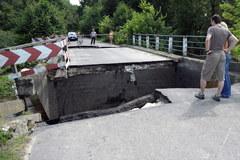 Zerwany przez wodę most w Rudce na Podkarpaciu