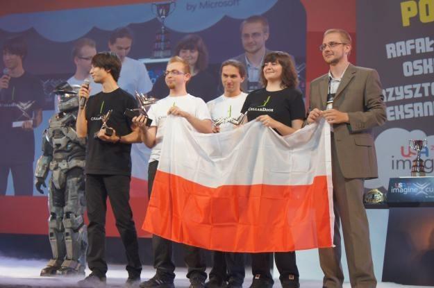 """Zespół Cellardoor z Poznania - laureaci Imagine Cup 2011. Nagrodę wręczył im bohater gry """"Halo"""" /INTERIA.PL"""