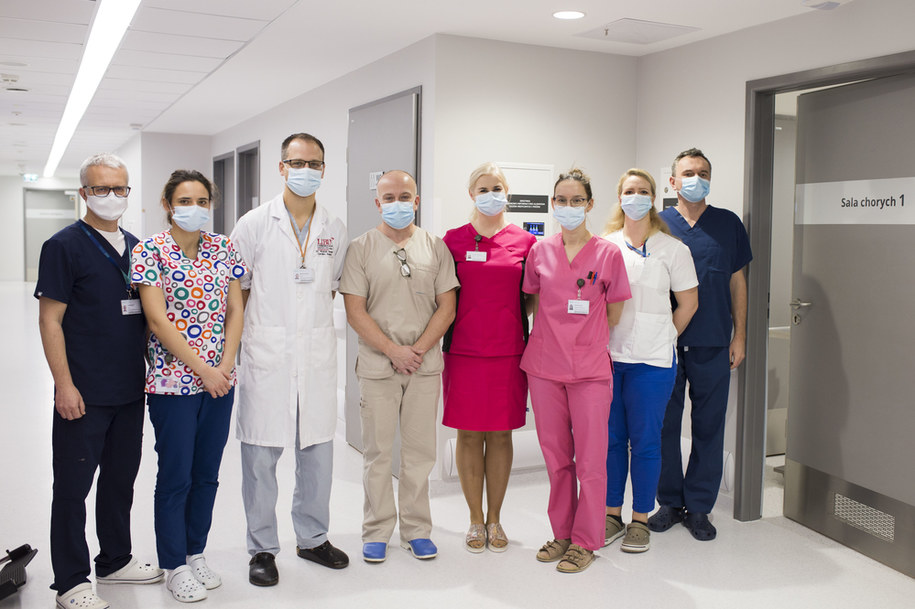 Zespół kardiochirurgów i anestezjologów z Uniwersyteckiego Centrum Klinicznego przeszczepił płuca 50-latce po zakażeniu COVID-19 /Uniwersyteckie Centrum Kliniczne w Gdańsku /