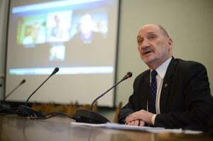 Zespół Macierewicza chce posiedzenia komisji z udziałem prokuratorów