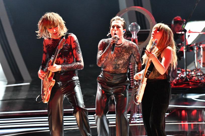 Zespół Maneskin na scenie postawił na spójność wizerunkową. Wszyscy członkowie zespołu mieli na sobie koszulki wykonane z bogato zdobionej czarnej koronki. /East News