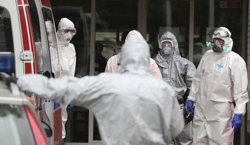 Zespół pogotowia ratunkowego (Warszawa; 08.10.2020) /AP Photo/Czarek Sokolowski /East News