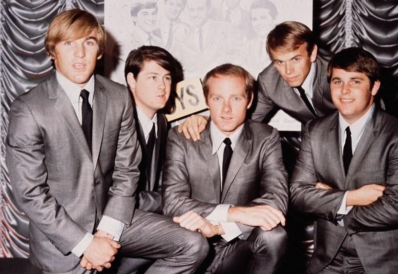 Zespół The Beach Boys, od lewej: Dennis Wilson, Brian Wilson, Mike Love, Al Jardine i Carl Wilson /Hulton Archive /Getty Images