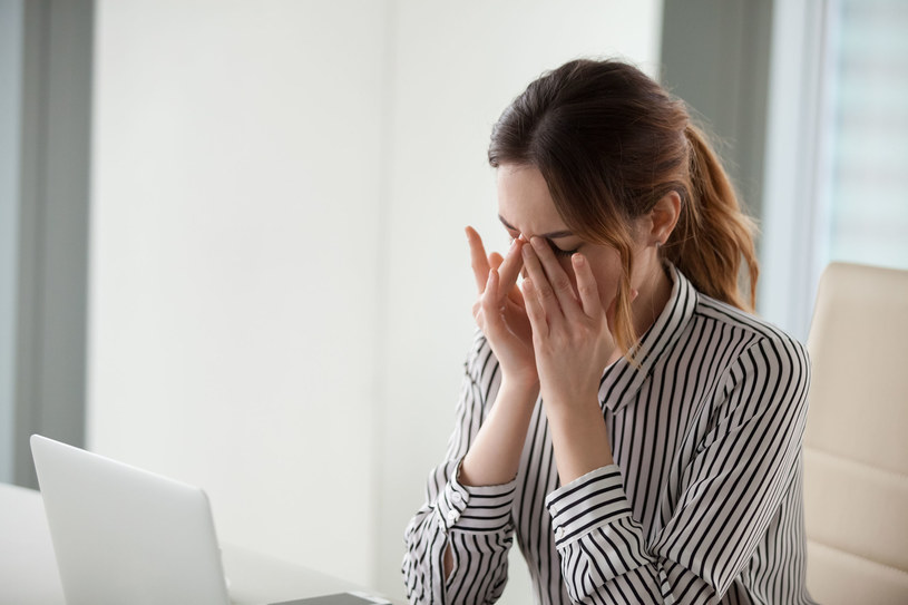 Zespołu suchego oka możemy się nabawić podczas pracy przy komputerze /123RF/PICSEL