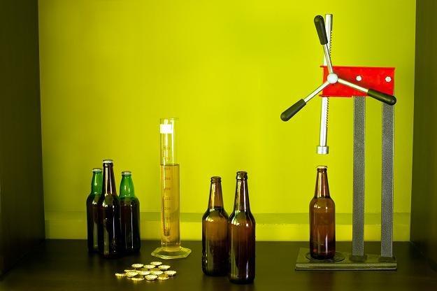 Zestaw do domowej produkcji i butelkowania piwa /©123RF/PICSEL