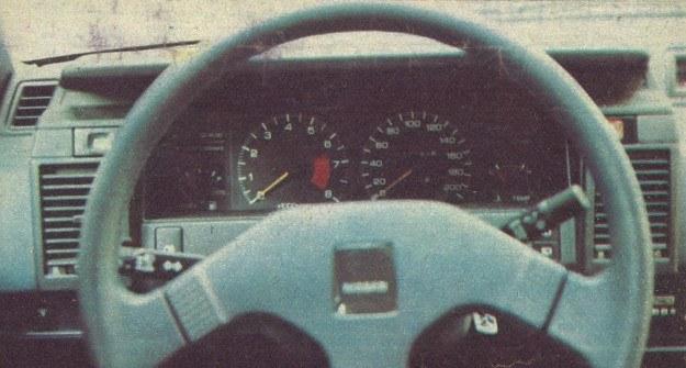 Zestaw wskaźników wyposażony w obrotomierz montowany jest, niestety, w bogatszych wersjach Nissana. /Motor