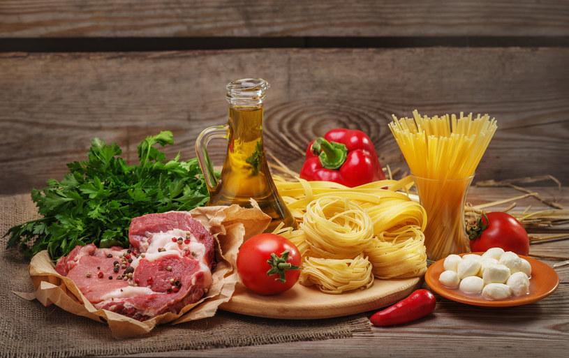 Zestawianie mięsa i makaronu to duży błąd /123RF/PICSEL