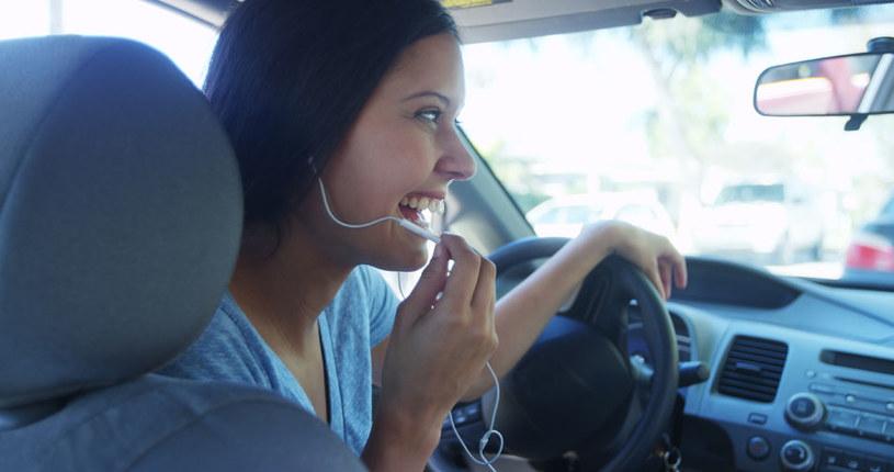 Zestawy głośnomówiące i słuchawkowe nie poprawiają bezpieczeństwa na drogach - dowodzą badacze /123RF/PICSEL