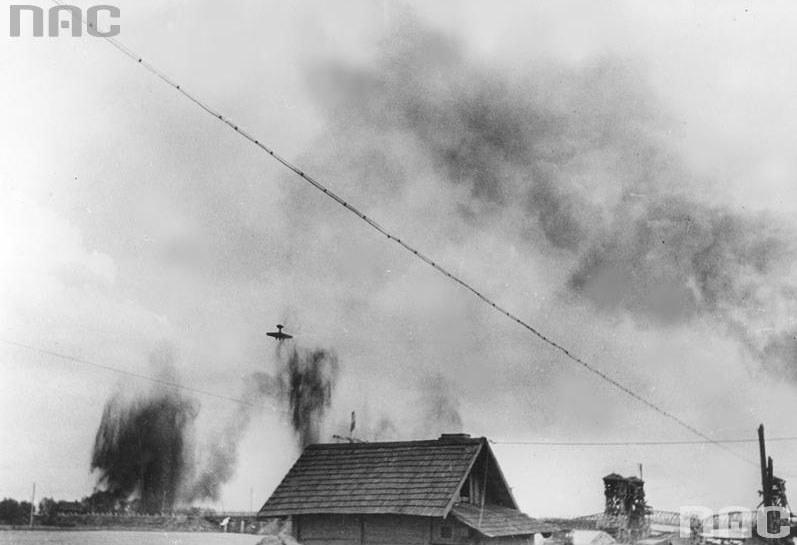 Zestrzelenie radzieckiego bombowca Tupolew SB-2 MIO3 w czasie II wojny światowej (zdjęcie ilustracyjne) /Z archiwum Narodowego Archiwum Cyfrowego
