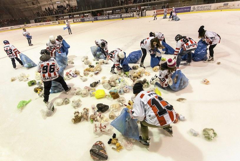 Zeszłoroczna akcja Teddy Bear Toss /Jakub Ociepa /Agencja Gazeta