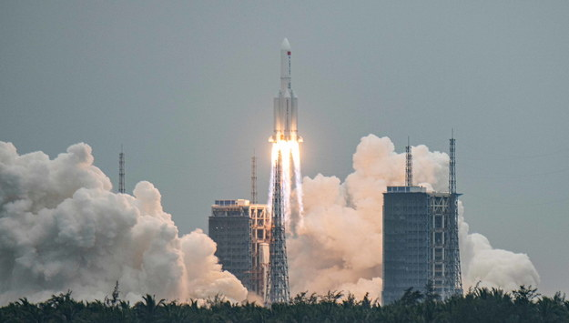 Zeszłoroczny start rakiety Long March 5B /MATJAZ TANCIC /PAP/EPA
