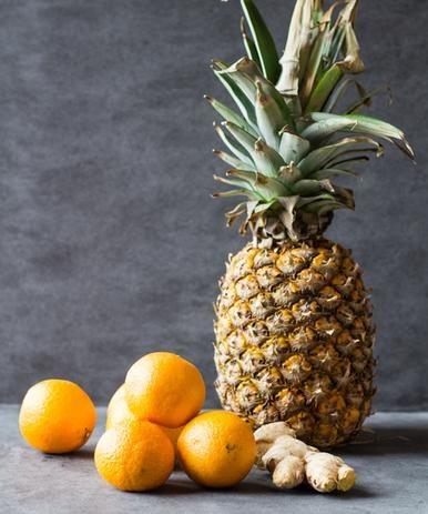Zetrzyj owoce w sokowirówce /© Photogenica