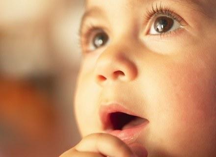 Zewnętrznie objawem infekcji grzybiczej śluzówek jamy ustnej może być zaczerwienienie /ThetaXstock