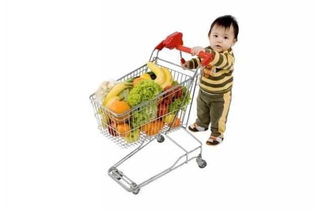 Zgodnie z przepisami - dzieci poniżej 13. roku życia w ogóle nie powinny samodzielnie kupować /© Panthermedia