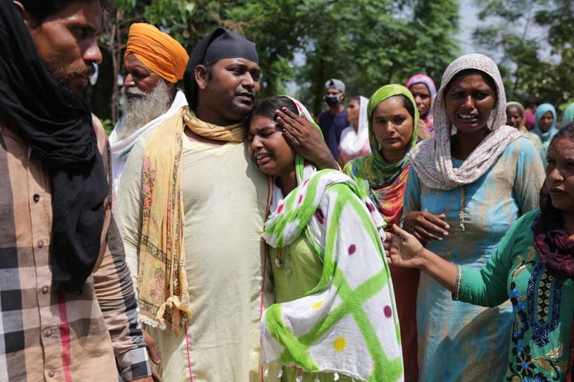 Zgony spowodowane nielegalnie warzonym alkoholem są powszechne w Indiach /RAMINDER PAL SINGH    /PAP/EPA