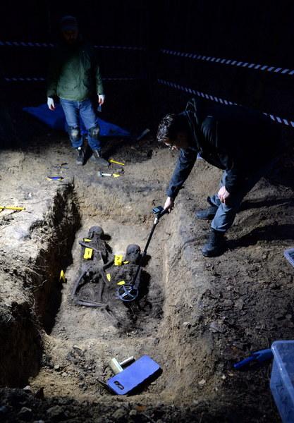Prace ekshumacyjne w lesie między miejscowościami Szewce a Zgórsko k. Kielc