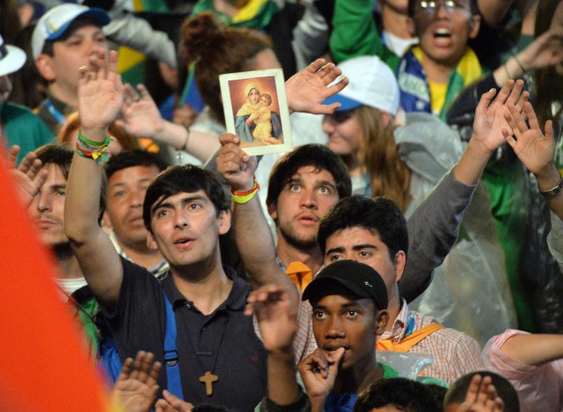 Zgromadzeni na mszy na plaży Copacabana /AFP