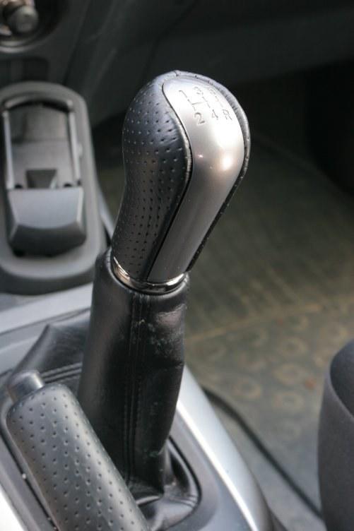 Zgrzytający wsteczny bieg – przypadłość prawie każdej starszej Toyoty. Jeśli nie chce wejść, czasem wystarczy przetoczyć auto o parę cm. /Motor