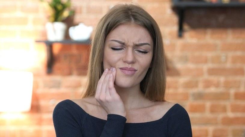 Zgrzytanie osłabia zęby /123RF/PICSEL