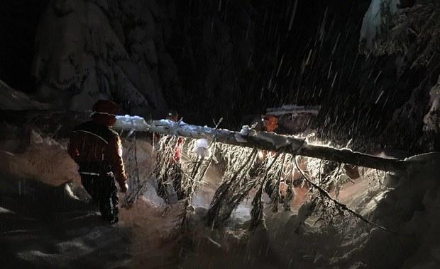 Zgubili się na Pilsku. Wykopali jamę w śniegu, palili kask i gogle