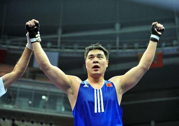 Zhang Zhilei porzucił amatorską karierę i udanie zadebiutował jako zawodowiec /AFP