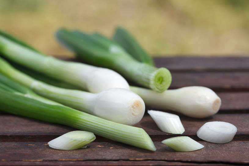 Zielona cebulka jest świetnym dodatkiem do tradycyjnych dań /123RF/PICSEL