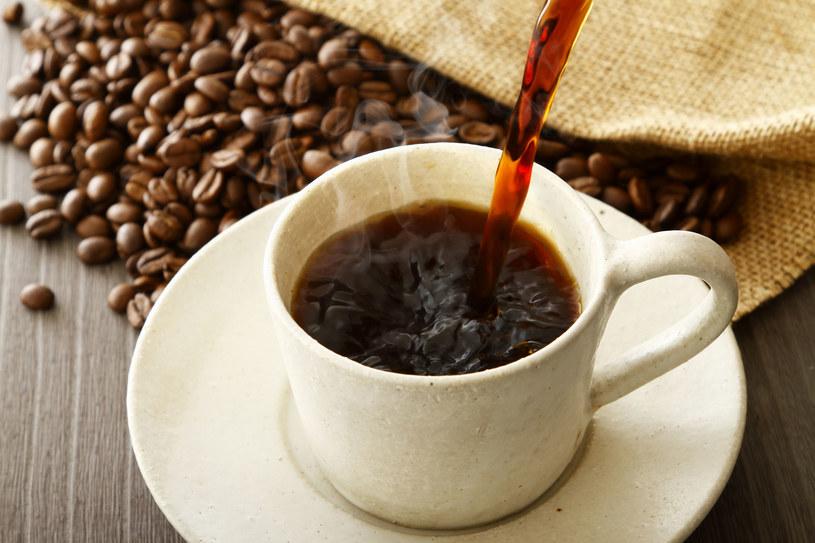 Zielona herbata będzie lepszym wyborem niż kawa /123RF/PICSEL
