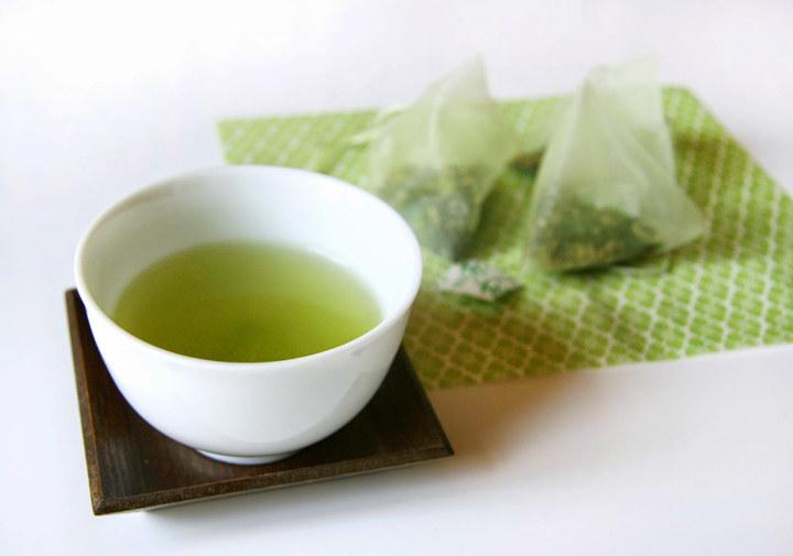 zielona herbata na popękane usta /© Photogenica