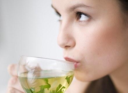 """Zielona herbata pomaga m. in. leczyć choroby układu nerwowego i obniża poziom """"złego"""" cholesterolu."""