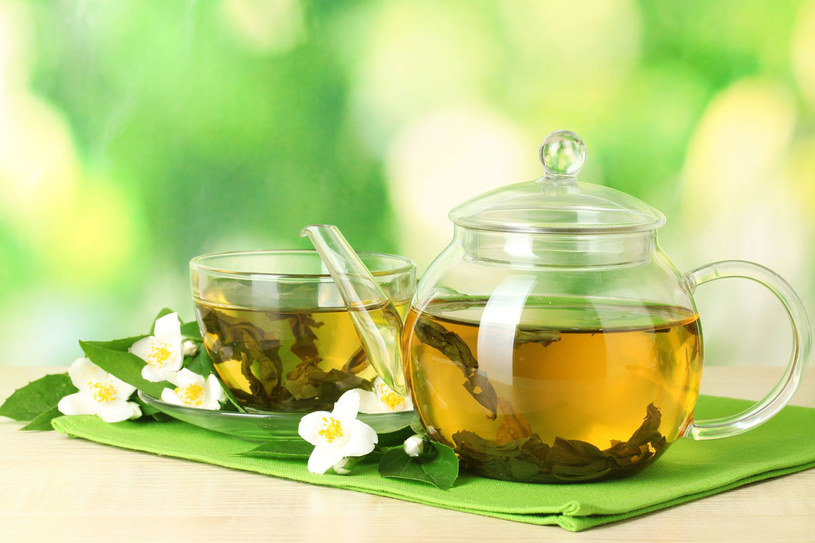 Zielona herbata świetnie nadaje się na upały /123RF/PICSEL