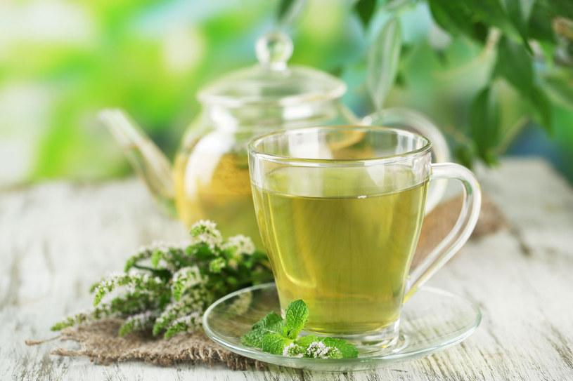Zielona herbata to jeden z popularniejszych sposobów podczas walki ze zbędnymi kilogramami. /123RF/PICSEL