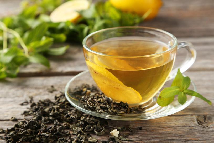 Zielona herbata zapobiega cofaniu się dziąseł /123RF/PICSEL