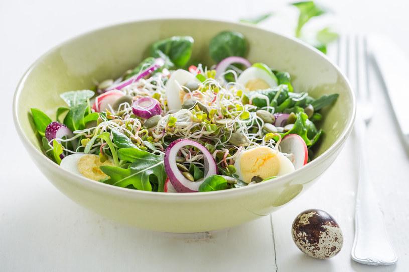 Zielona sałatka z jajkami /123RF/PICSEL