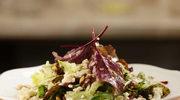 Zielona sałatka z sosem winegret i niebieskim serem