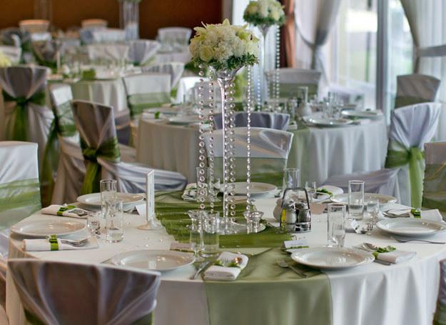 Zielone ozdoby ożywią wystrój sali weselnej /Diamond Decor /Magazyn Wesele
