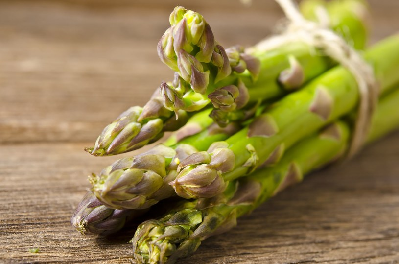 Zielone szparagi są bardziej wyraziste w smaku, cieńsze. Nie trzeba ich obierać /123RF/PICSEL