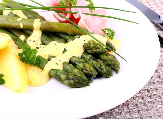 Zielone szparagi z sosem holenderskim /123RF/PICSEL