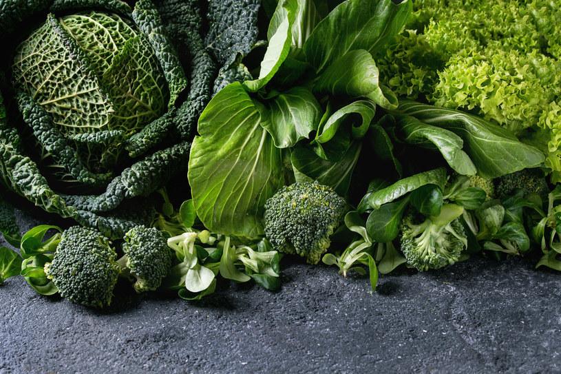 Zielone warzywa liściaste zawierają dużo luteiny /123RF/PICSEL