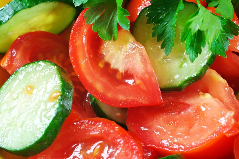 Zielonego ogórka nie zestawiaj w jednej sałatce z pomidorem /123RF/PICSEL