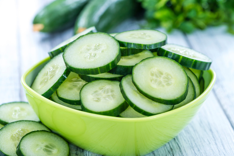 Zielony ogórek  w formie okładów idealnie odżywi skórę /123RF/PICSEL