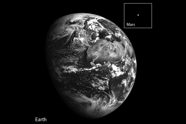 Ziemia i ośmiokrotnie powiększony Mars na zdjęciu sondy LRO. /NASA