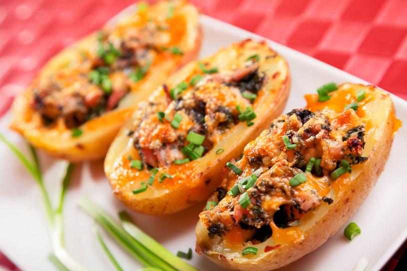 Ziemniaki faszerowane to świetny pomysł na obiad /123RF/PICSEL